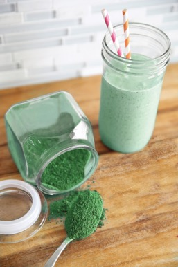 freeze dried and powdered greens and a green smoothie